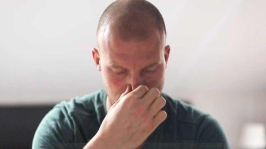 Een verstopte neus vrij maken met een slim ademtrucje